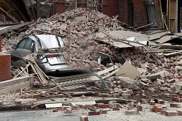 Tragedie! Un bloc cu bulină roșie s-a dărâmat, după ce un locatar a dat manelele la maxim