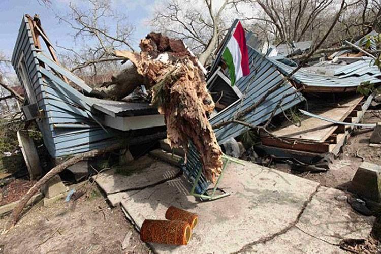 Respect! Un copac smuls de furtună în Bihor a căzut de 17 ori pe casa unui ungur din Békéscsaba
