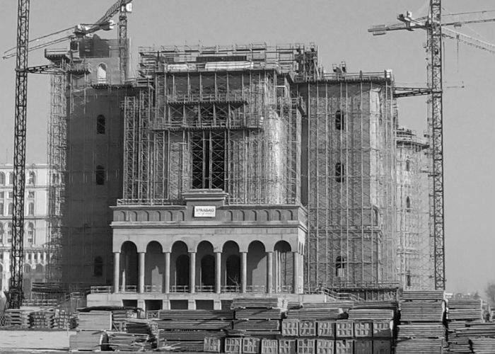 Pe şantierul Catedralei Neamului, oamenii muncii ridică spre cer cupola credinţei