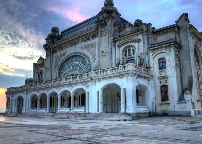 Muncitorii care renovează Cazinoul din Constanţa au pierdut 50.000 euro la ruletă