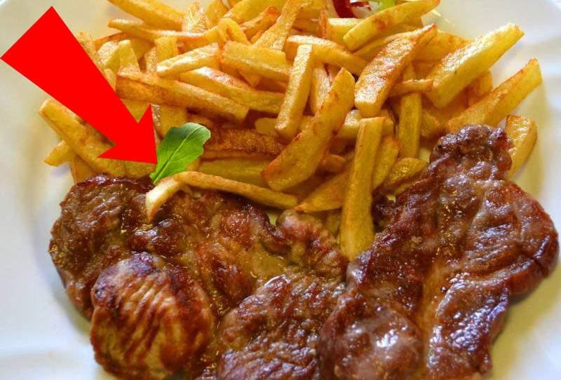 Gafă culinară? Un român a găsit o bucată de rucola într-o porție de ceafă cu cartofi prăjiți