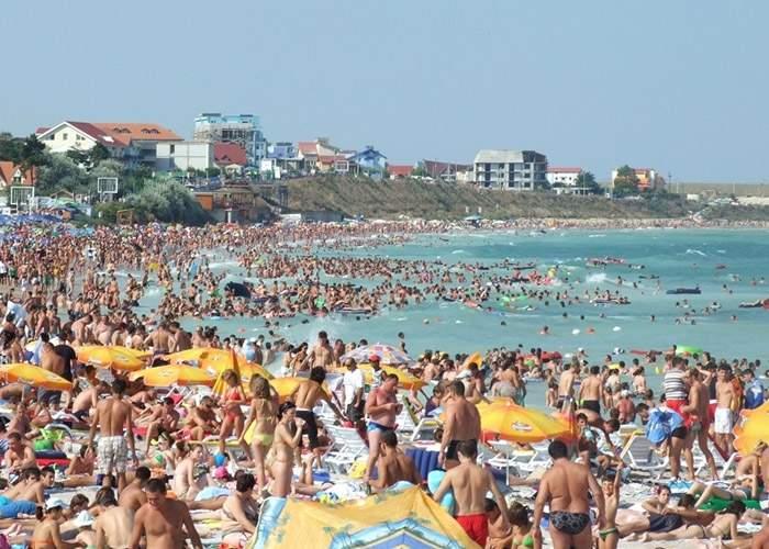 Atenţie, turişti: Marea Neagră ar putea da pe afară! Bosforul s-a înfundat cu chiştoace