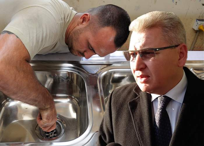 Sfidare! Pentru că ne-au plecat toţi meseriaşii, politicienii români îşi duc chiuveta la desfundat în Austria