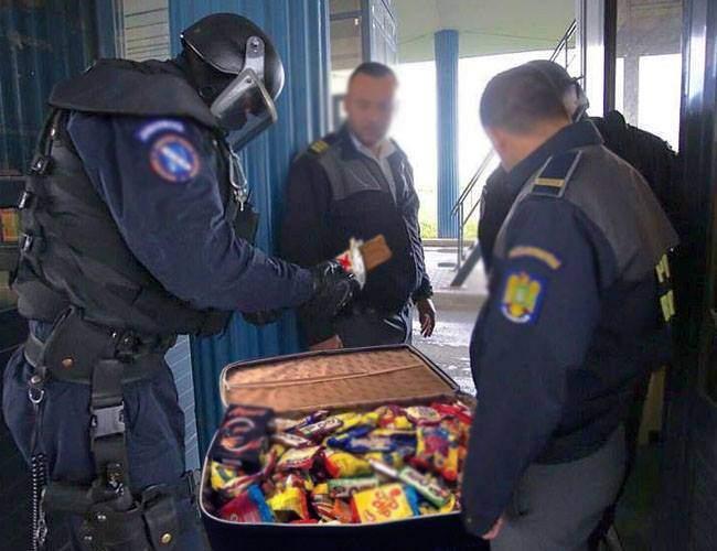 Respect! Un bărbat a găsit o geantă plină cu ciocolată pe stradă şi în loc să o mănânce singur, a împărţit-o cu poliţiştii