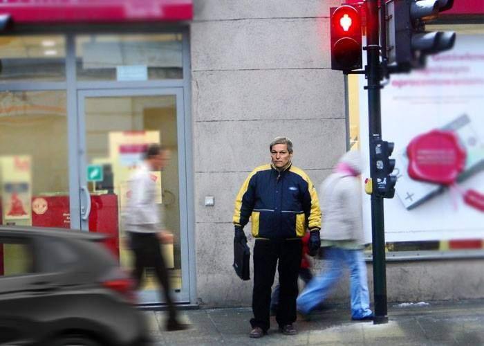 Câtă modestie! Cioloş a stat 6 ore la un semafor cu buton fiindcă îi era ruşine să-l apese