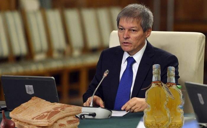 Ospăț la Guvern! După ce-a văzut cât e de viral pe Facebook, Cioloș a scos slana aia bună și pălinca