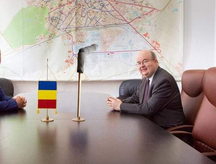 Încă o gafă diplomatică! Ambasadorul Marii Britanii, întâmpinat la Bucureşti cu un ciorap pe băţ în loc de steag