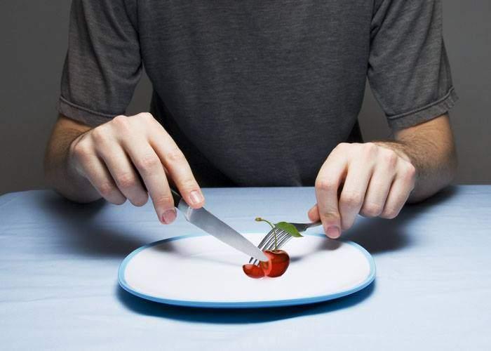 Bune maniere: Pentru că cireșele au devenit mâncare de lux acum ele trebuie mâncate cu tacâmuri