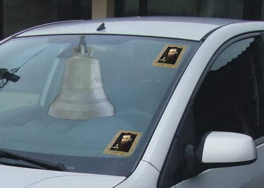 Un nou trend în trafic! În loc de cruciulițe, șoferii își pun clopote la retrovizoare