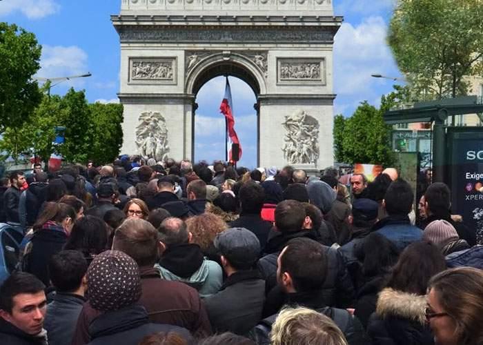 Umiliţi din nou! Românilor din Paris li s-a pus la dispoziţie un singur arc de triumf ca să defileze