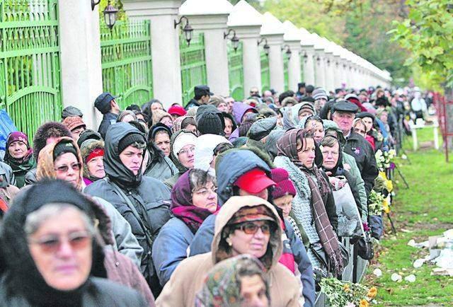 Cozi ca pe vremea comuniştilor. Mii de români stau cu zilele să ia decoraţia de la Iohannis