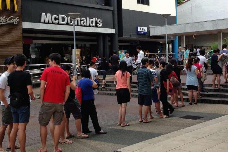 Îşi face McDonald's trust de presă? Anul trecut au angajat 4000 de absolvenţi de Jurnalism