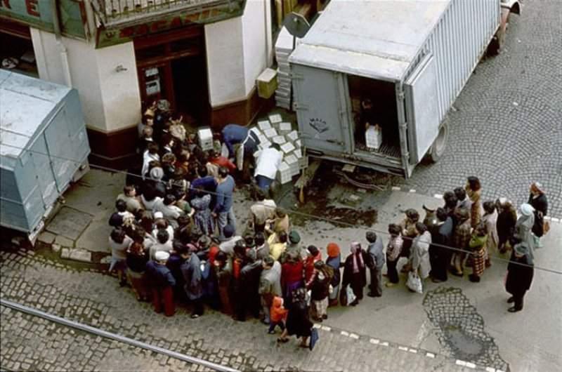 Reflex comunist! La TV s-a dat atâta Stela Popescu încât azi dimineaţă toţi românii erau la coadă la pâine