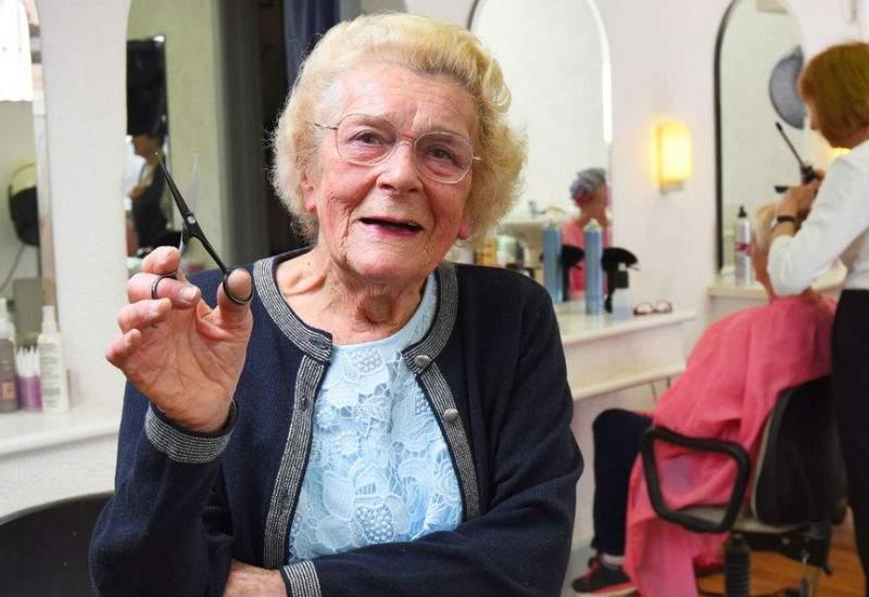 Anul acesta femeile propun la Nobel o coafeză care vopseşte exact la culoarea cerută