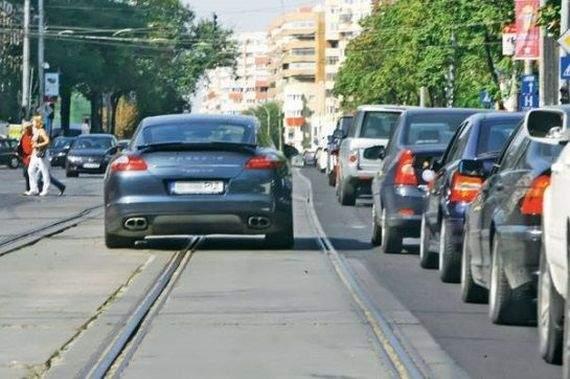 Totul pentru gherțoi! După taximetriști, guvernul PSD cedează și în fața cocalarilor și le dă prioritate pe linia de tramvai