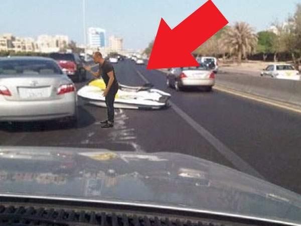 Cocalarul care a intrat cu BMW-ul în mare s-a împotmolit azi cu skijetul pe autostradă