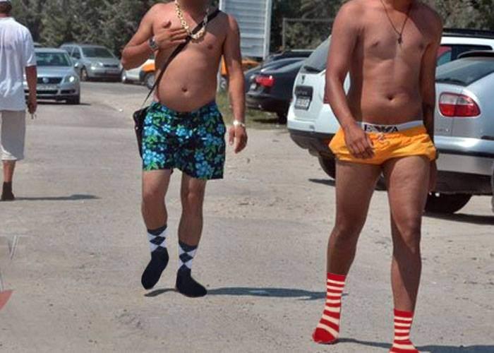 În România e atât de cald încât cocalarii au renunţat la şlapi şi umblă direct în şosete