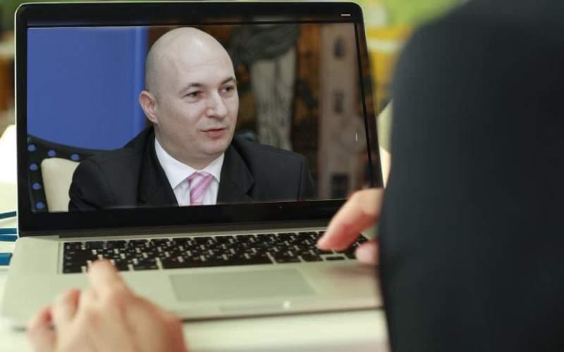 Interzis minorilor! Lui Codrin Ștefănescu i s-a văzut capul într-un videocall