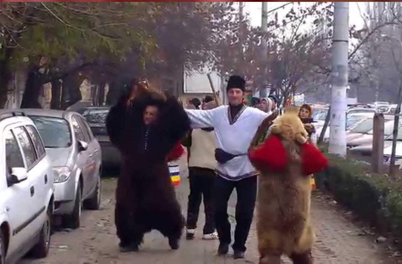 Românii care bat toba printre blocuri nu sunt colindători, se bucură că a venit apa caldă
