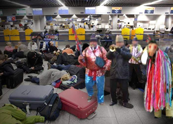 Statul îi ajută pe românii blocaţi pe aeroportul Luton. Le-a trimis colindători cu un zbor special Tarom