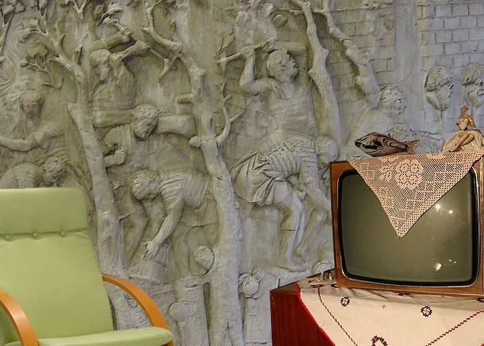 Un român a reuşit să sculpteze câteva scene de pe columna lui Traian doar cu bormaşina