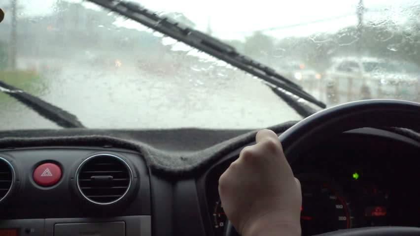 O şoferiţă conduce şerpuit când plouă, că se ia după ştergătoare