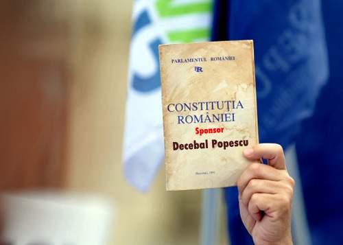 Guvernul le propune românilor o schemă: pentru 50 lei îţi apare numele în Constituţie