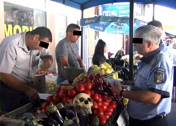 Poliţia face controale în pieţe. Sunt vizaţi comercianţii dispuşi să dea 200 de lei ca să fie totul bine