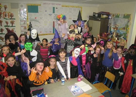 Într-o școală din București copiii au crezut că e deja Halloween când a venit diriga nemachiată