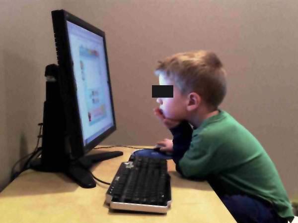 """Copiii se plâng de manualele digitale: """"Unde sunt butoanele de like şi căsuţele de comment?"""""""