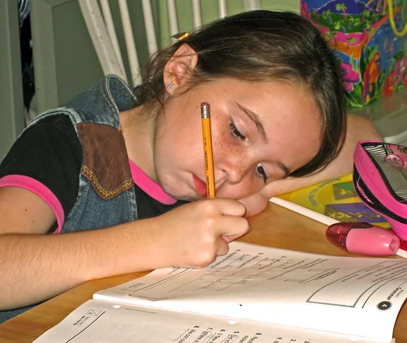 Mai mulți copii minori au fost surprinși făcându-și temele de vacanță!