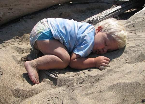 Imagine clasică pe şantierul castelului de nisip din Eforie: e un singur copil şi ăla doarme pe lopăţică