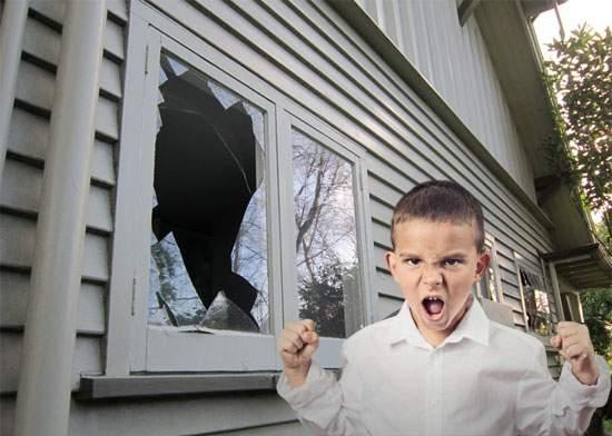 Tradiţie reînviată la Mizil. Primul geam spart de un copil cu mingea în ultimii 20 de ani!