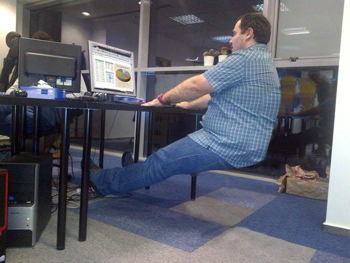 Dedicat total muncii! Un corporatist a învățat să leviteze după ce i s-a furat scaunul de birou
