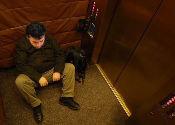 Cruzime! Un corporatist care a vrut să plece mai devreme acasă a fost blocat de colegi în lift