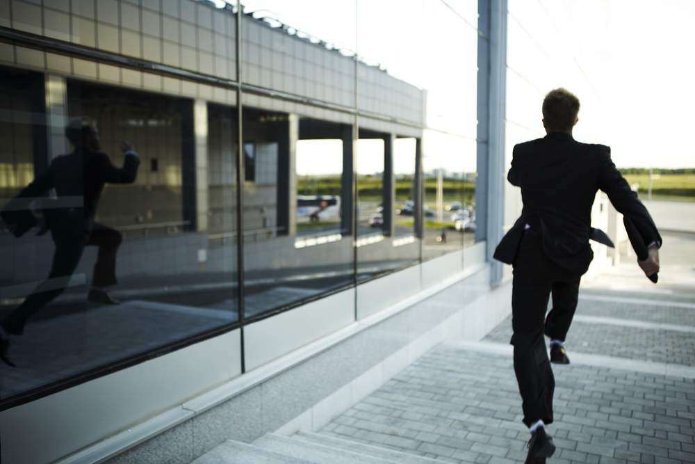 Un corporatist ia energizante și are atâta energie că în pauza de prânz aleargă la Sinaia să mănânce