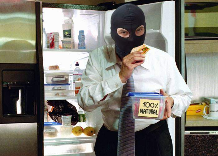 Un corporatist are colegi atât de fiţoşi încât îi fură din frigider doar mâncarea fără E-uri