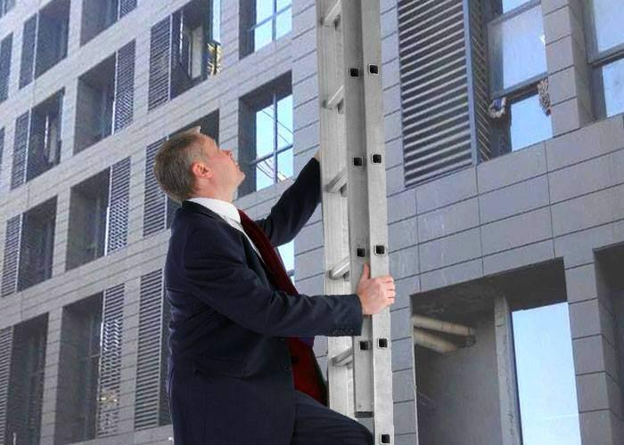 Pentru că lifturile erau blocate, un corporatist a urcat pe scara de incendiu la etajul șefilor ca să-i pupe-n cur