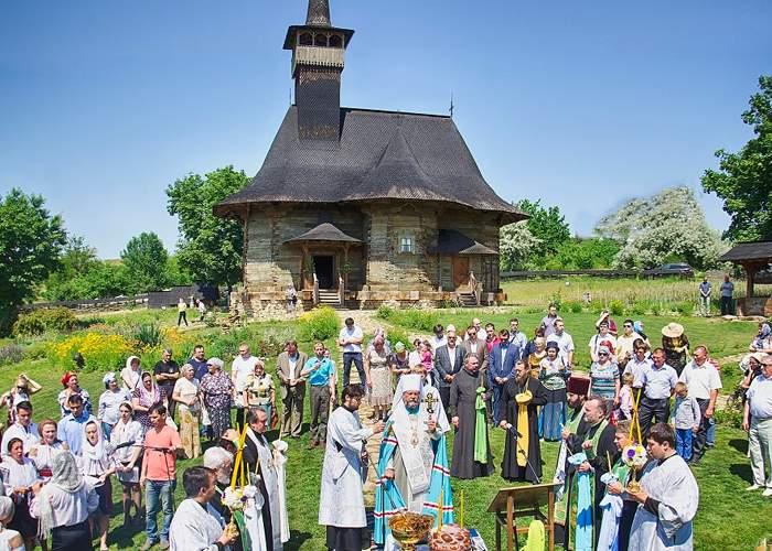 Într-un sat din România oamenii sunt aşa de înapoiaţi că încă se închină la Dumnezeu, nu la Boca