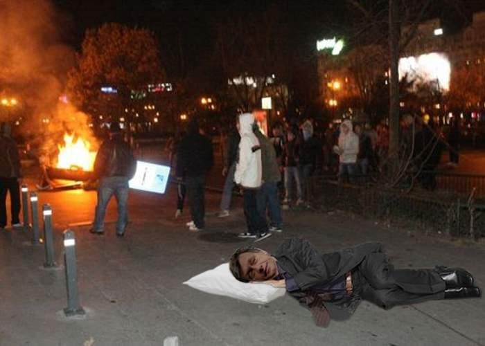 Foto: Crin Antonescu a dormit pe caldarâm în timpul manifestaţiilor de la Universitate
