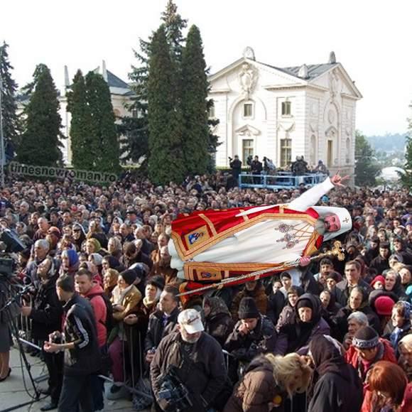 Poza zilei! Patriarhul Daniel a făcut crowdsurfing peste babele adunate la Sf. Parascheva