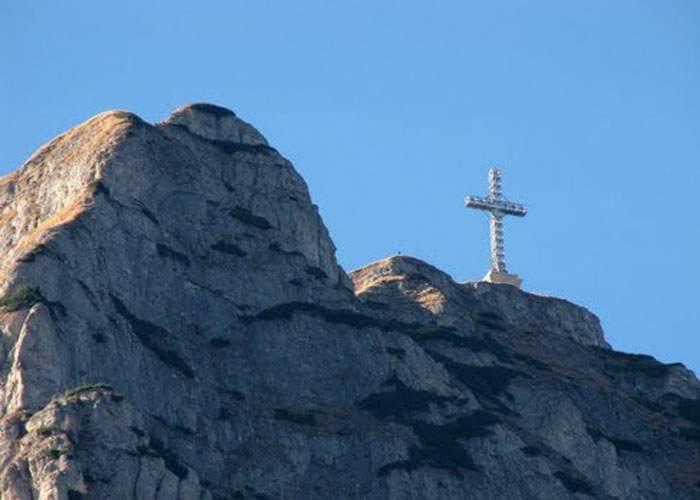 Şocant! Arheologii au descoperit că sub crucea Caraiman nu este nimeni îngropat