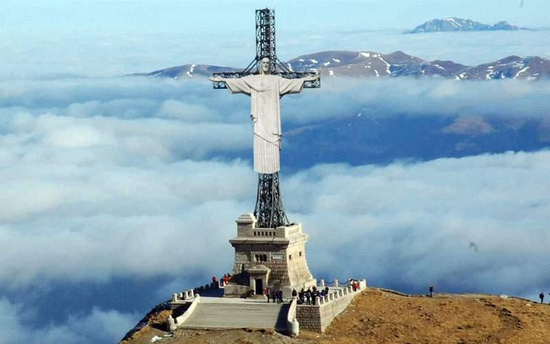 Crucea de pe Caraiman, în sfârșit finalizată. România a cumpărat Iisusul din Rio
