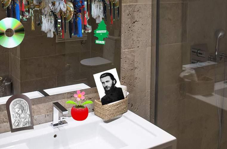 Un român e atât de taximetrist încât are cruci şi icoane până şi la oglinda din baie