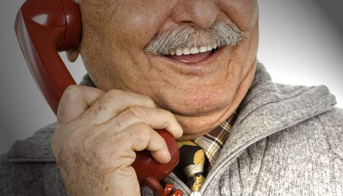 Pensionarii români cer revenirea la cuplajul telefoanelor: nu mai știm nimic de vecini!