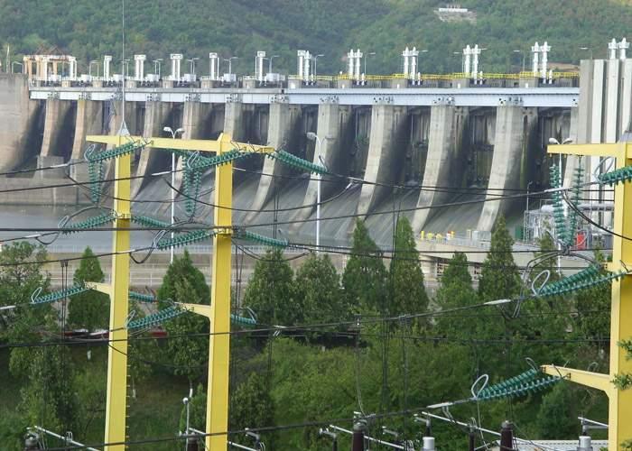 Studiu: România nu produce suficient curent pentru a electrocuta toţi corupţii