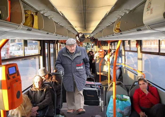 Un grup de pensionari şi-au făcut firmă de curierat, profitând că au gratuitate pe Ratb