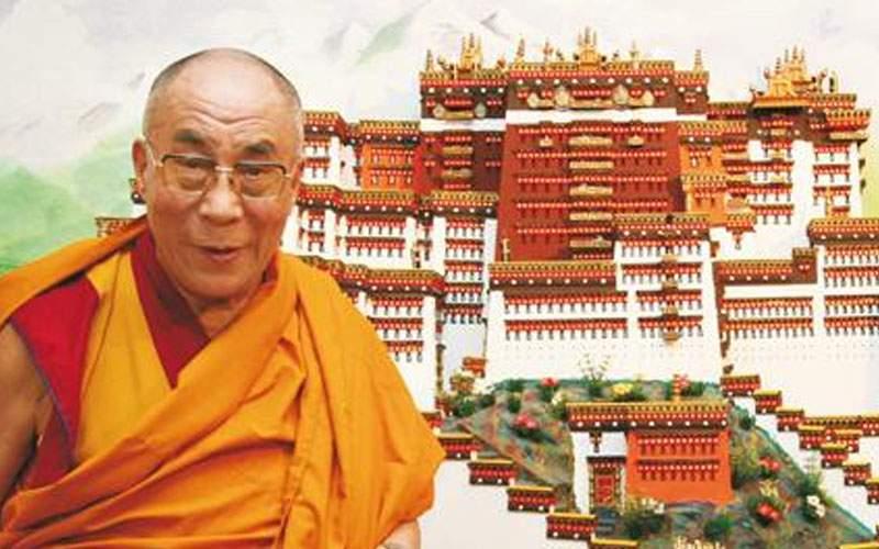 Dalai Lama, acuzat că şi-a luat şase case cu banii câştigaţi din meditaţie