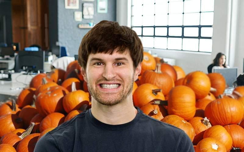 Corporatist încântat de Halloween: Am deadline să cioplesc 1740 de dovleci până la ora 6!