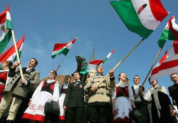 Nenorociţii! Uite cum se bucură ungurii că se interzice fumatul. Au defilat cu steaguri!